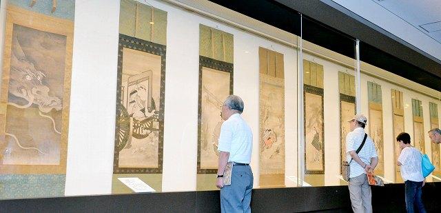 約100年ぶりに一堂に並んだ岩佐又兵衛の代表作「旧金谷屏風」の10図=26日、福井市の福井県立美術館