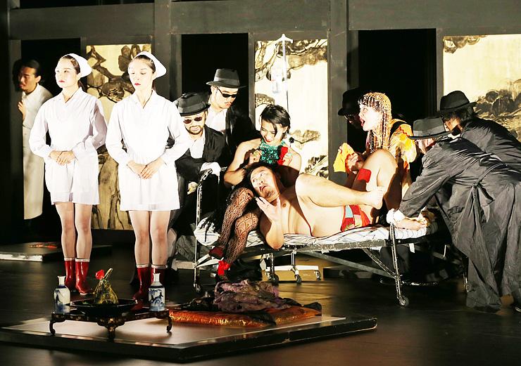 国内外の俳優がコミカルに不条理劇を演じた「愛は病院」=利賀大山房