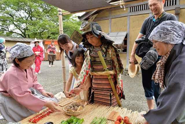 戦国時代の城下町のにぎわいを楽しむ観光客=27日、福井市の一乗谷朝倉氏遺跡