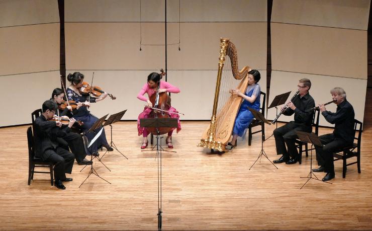 フルート奏者ジャック・ズーンさん(右)らOMFのオーケストラメンバーが演奏した「ふれあいコンサート2」=27日、松本市音楽文化ホール