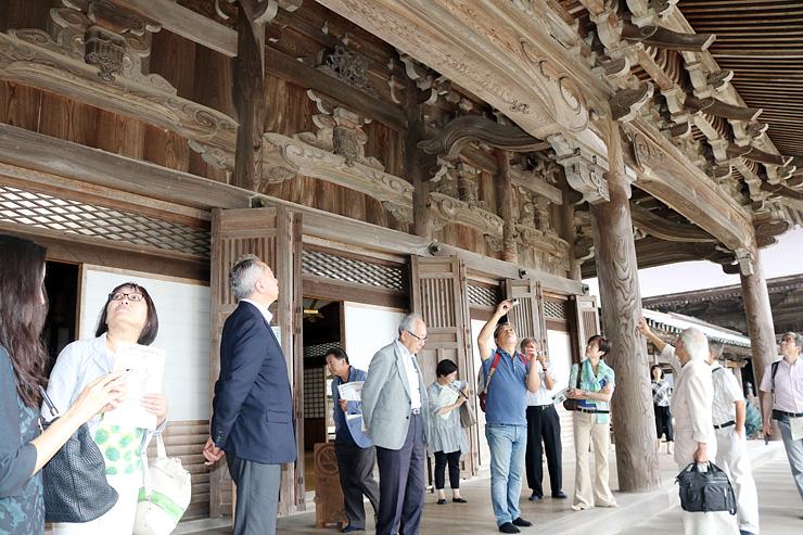 瑞泉寺の彫刻を鑑賞する地球市民賞受賞団体関係者ら=南砺市井波