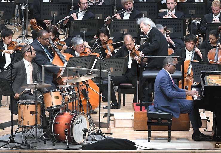 マーカス・ロバーツ・トリオとオーケストラが協演し、小澤総監督が指揮したGig=28日夜、松本市のキッセイ文化ホール