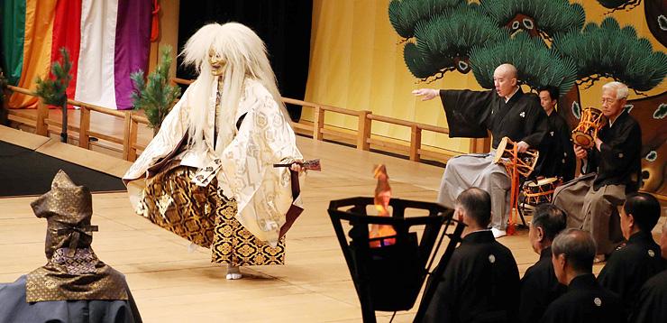 幽玄の舞台で観客を魅了した高岡薪能の「殺生石」=高岡市民会館