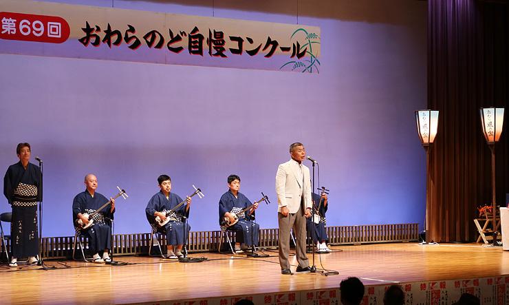 歌声を披露する中村さん(中央)=越中八尾観光会館
