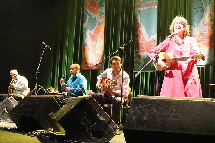 優しげな歌声で聴衆を魅了したトッド(右)=南砺市福野文化創造センター