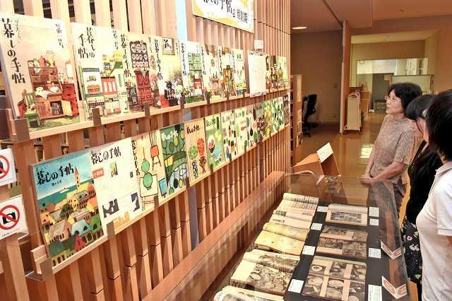 草創期の「暮しの手帖」が並ぶ展示。色彩豊かな表紙や多彩な記事を紹介している=福井県越前市中央図書館