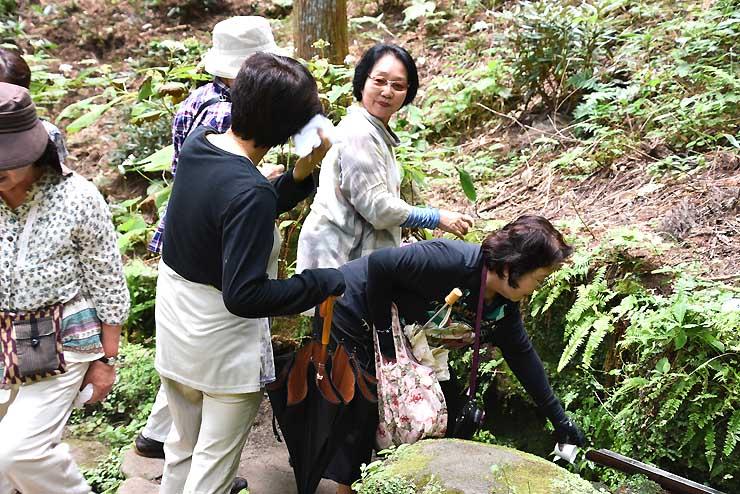 猿庫の泉で水をくむ観光客