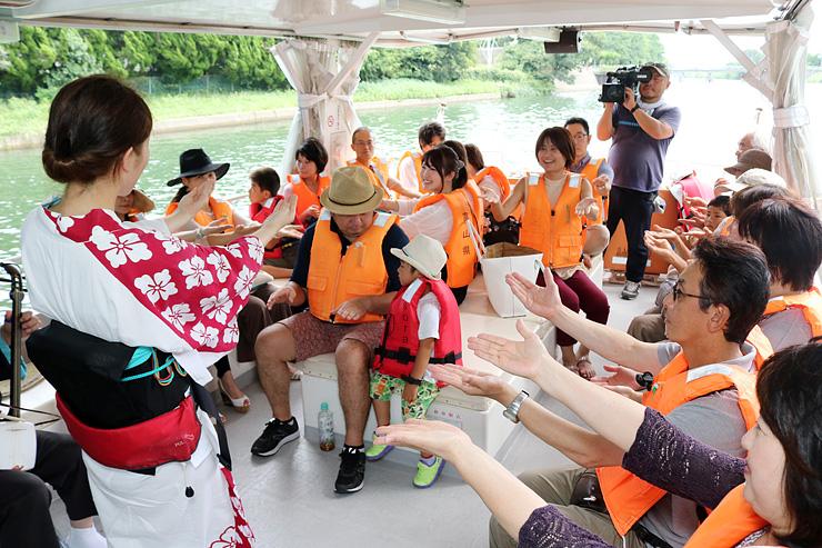 おわら踊りを楽しむ観光客ら=富岩運河
