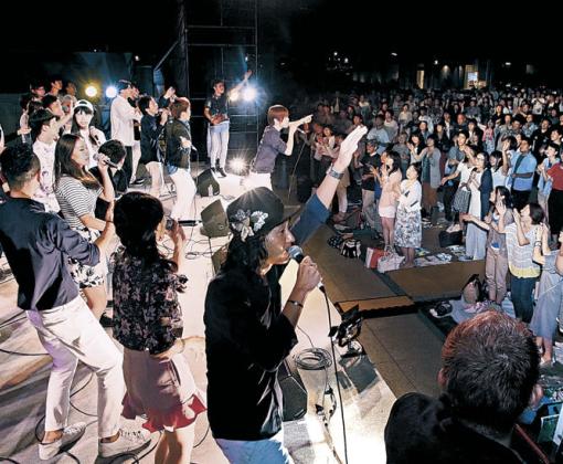 出演者と観客が一体となって歌声を響かせたファイナルステージ=金沢市のしいのき迎賓館
