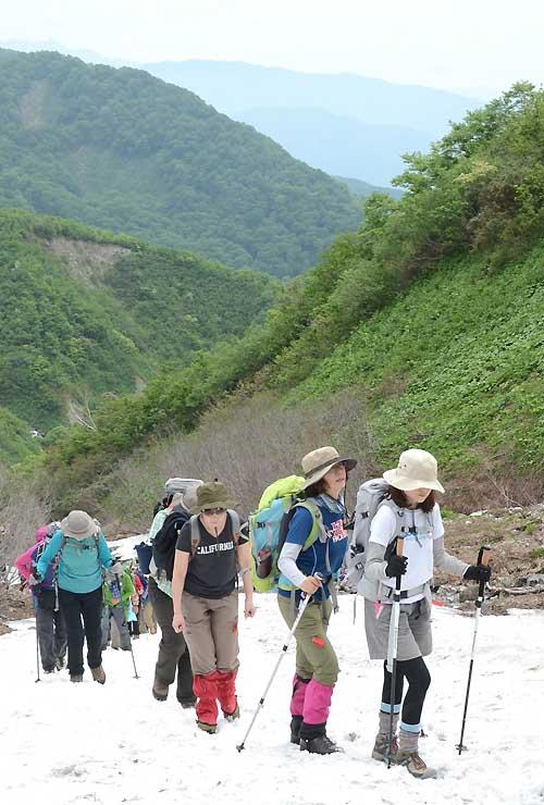 白馬連峰の開山祭で登山者が登った白馬大雪渓。少雪で例年になく岩肌が見えていた=5月28日