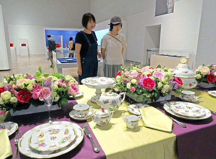 ヨーロッパの王侯貴族らが愛した食器などが並ぶ「ヘレンド展」=30日、新潟市秋葉区