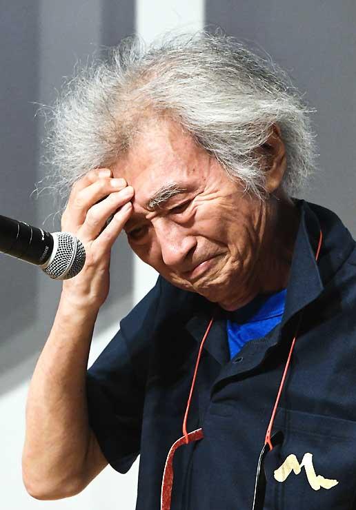 さよならパーティーのあいさつで、感極まった表情を見せる小澤さん=31日、松本市