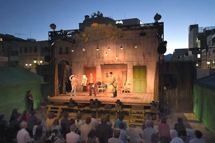 夕闇が迫る中、観客が串田さん演出の新作を楽しんだ「空中劇場」=31日、松本市の信毎新松本本社建設地