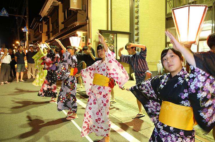 おわら本番に向けて総仕上げの稽古をする踊り手=富山市八尾町東町
