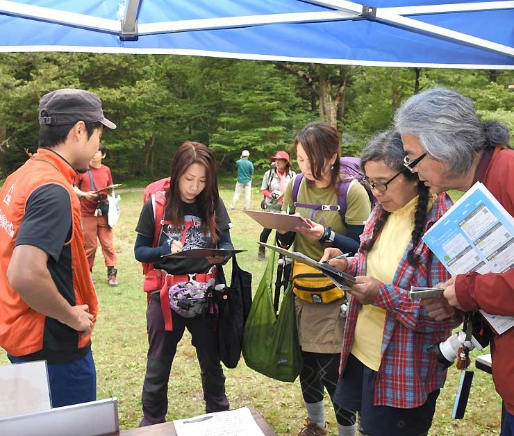 山岳遭難を防ごうと、北アルプス上高地の徳沢であった県の啓発活動=7月29日、松本市安曇