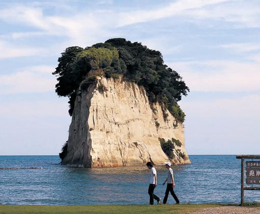 珠洲市天然記念物に指定された見附島=珠洲市宝立町鵜飼