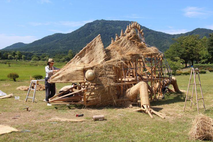 学生らが制作に励む「わらアートまつり」の作品=1日、新潟市西蒲区