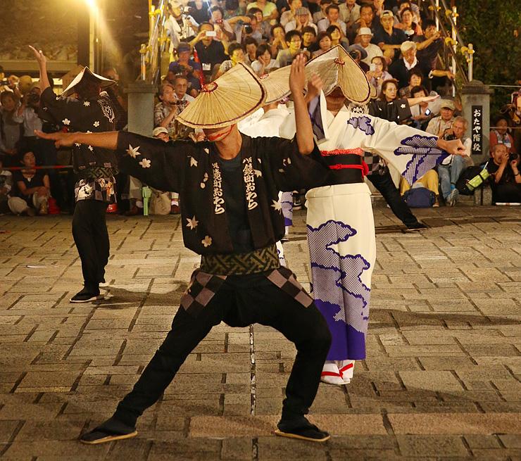 「おたや階段」を埋める観客の前で優美に舞う踊り手=富山市八尾町鏡町