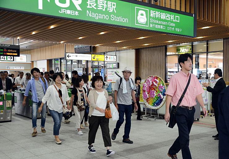 「一斉乗車」キャンペーンで長野駅に降り立った高岡市の一行