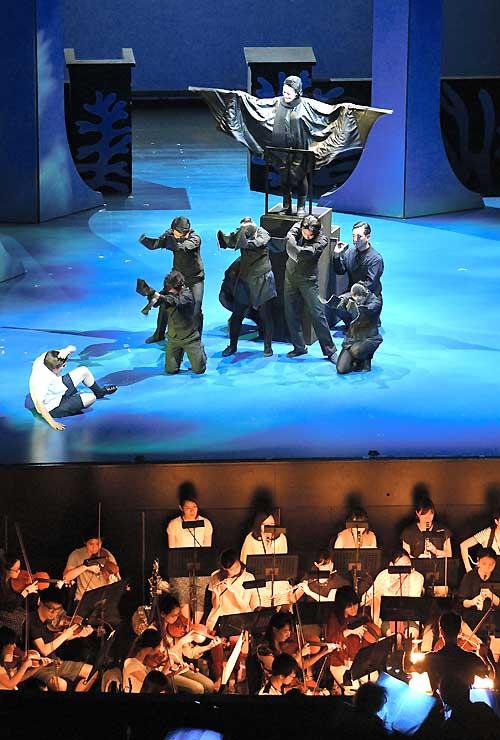 本番と同じ衣装で行われた通し稽古で、コウモリなどの生物が次々に男の子に迫る場面=4日、松本市のまつもと市民芸術館