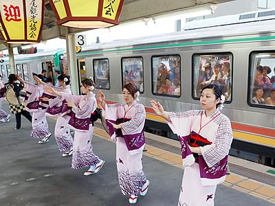 風の盆、おわらで見送り JR越中八尾駅始発列車