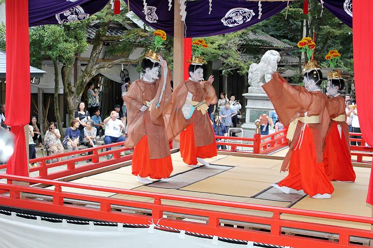 特設舞台で雅やかに舞う子どもたち=下村加茂神社
