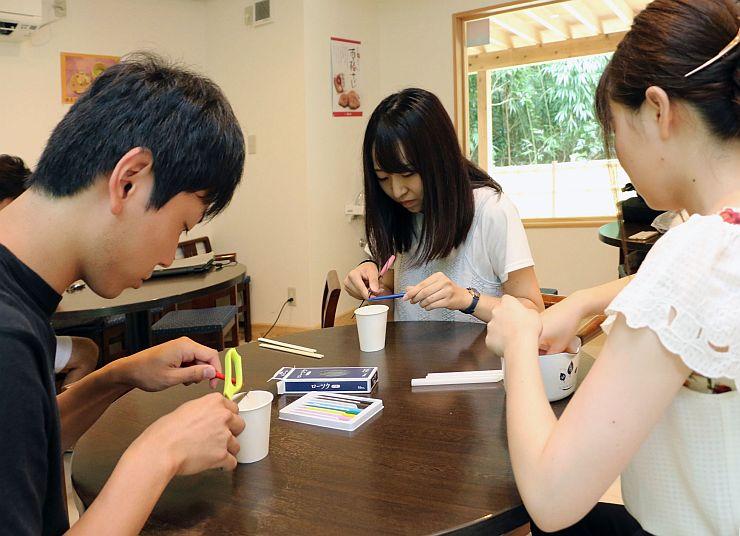 キャンドルの試作をする新潟経営大の学生=加茂市加茂
