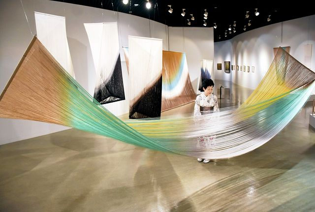 玉村咏さんのファイバーアートなどが並ぶ親子二人展=2日、福井市美術館