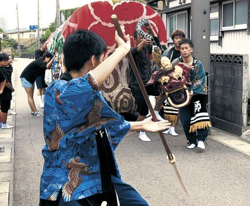 子舞を繰り広げる保存会のメンバー=7日午前10時、小松市安宅町