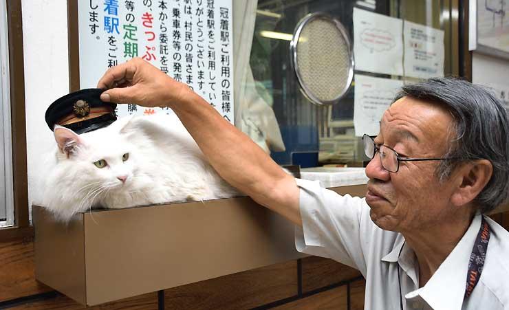 冠着駅で猫駅長として親しまれている「ミイ」と駅職員の前山さん