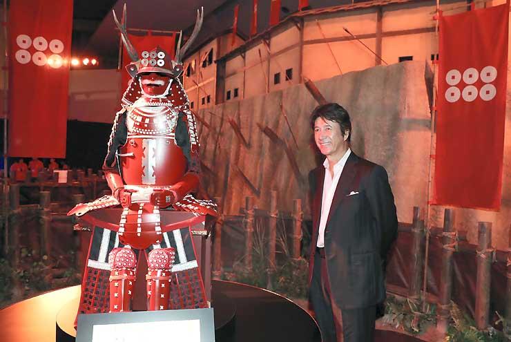 真田丸大河ドラマ館を訪れ、赤備えの甲冑を見学する草刈正雄さん=8日、上田市