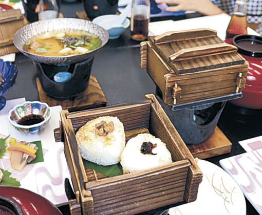 おむすびの料理を味わう参加者=七尾市内の旅館
