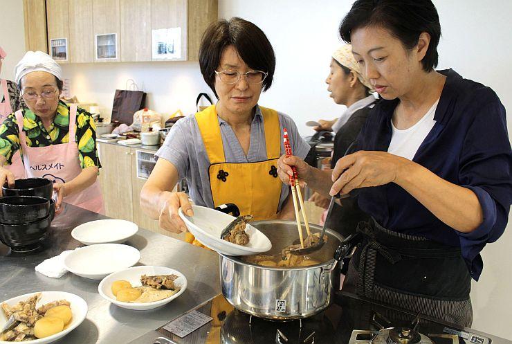 宿で提供する郷土料理を試作しながら考えた研修会=7日、佐渡市両津夷