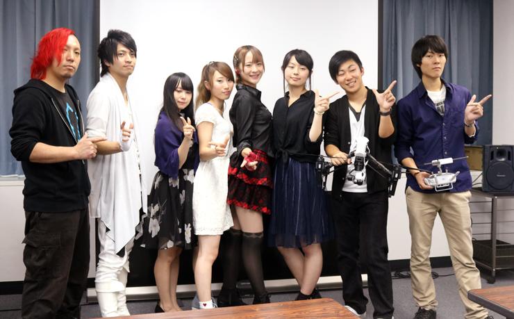発表会に参加したぶらっくすわんさん(右から4人目)ら