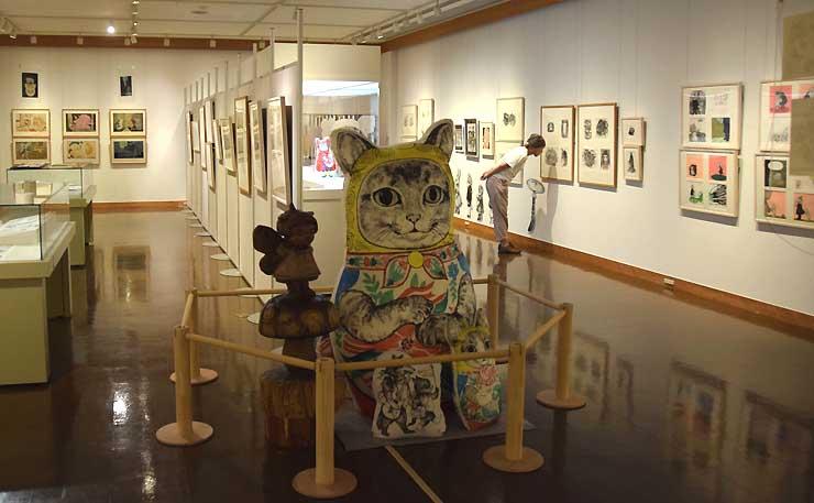 イルフ童画館で始まった石黒さんとヒグチさんの企画展。猫の人形が出迎える
