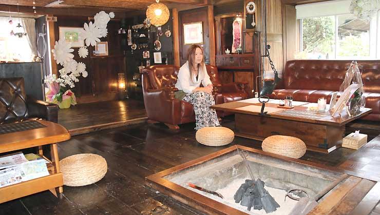 和風モダンな雰囲気の「Cafe月詠」の店内と椿さん