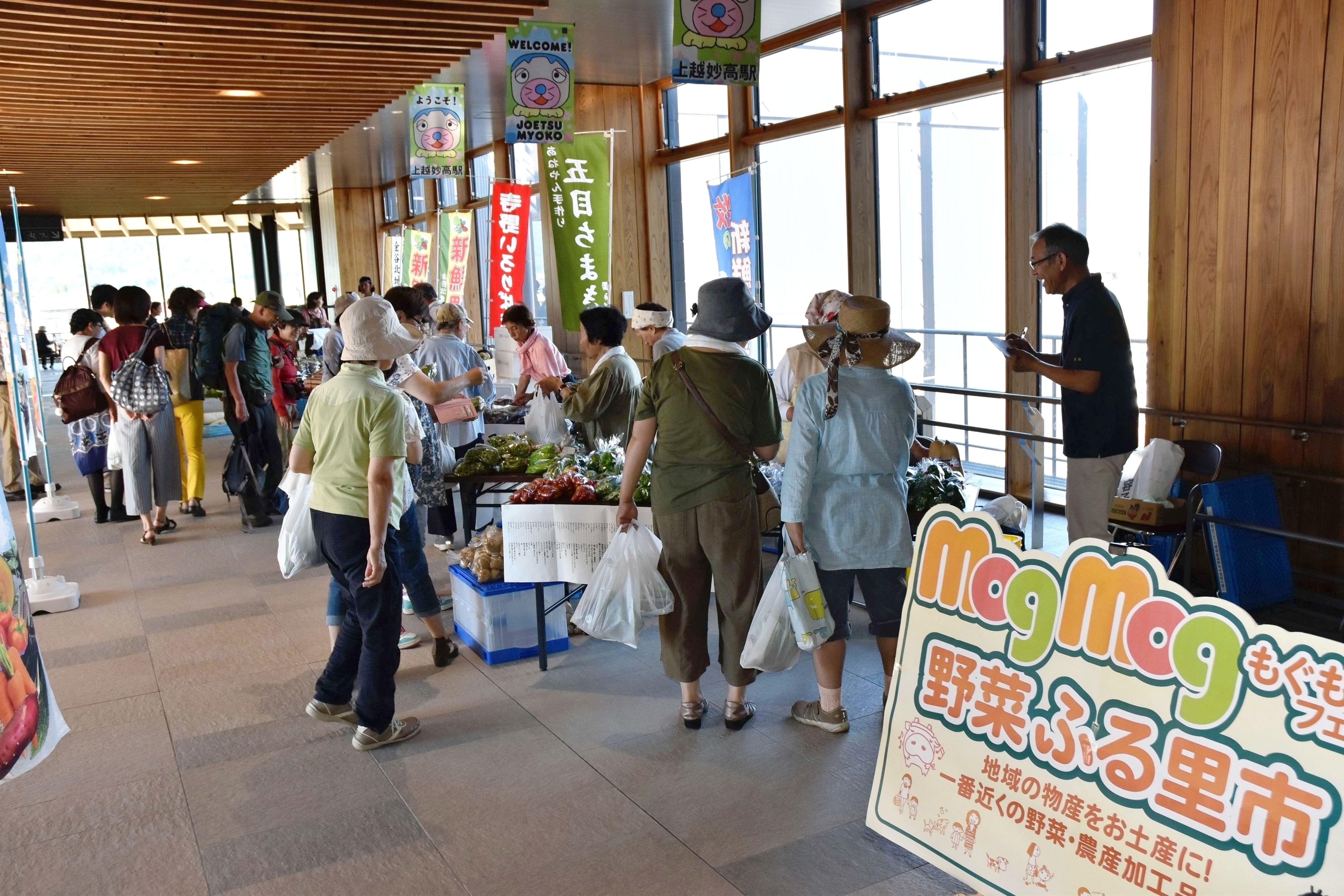 上越妙高駅の自由通路で開かれた「野菜ふる里市」=4日、上越市