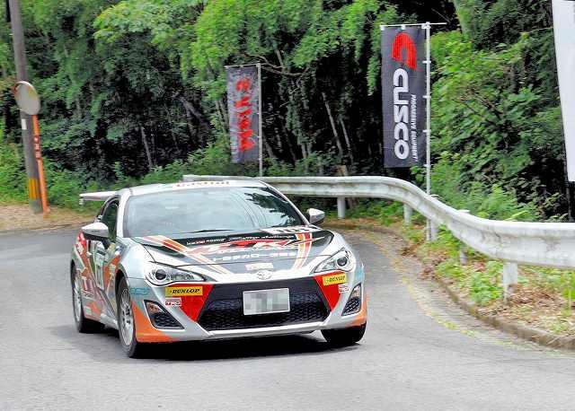 曲がりくねった林道でタイムを競うトヨタGAZOOレーシングラリーチャレンジ=7月、佐賀県
