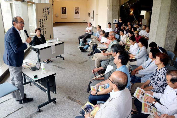 石井さん(左奥)との対談で、まちづくりへの意欲を語った田中市長(左手前)=南砺市福光美術館