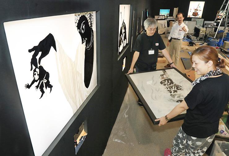 藤城さんの影絵の作品が搬入され、着々と準備が進められる企画展の会場=県立近代美術館