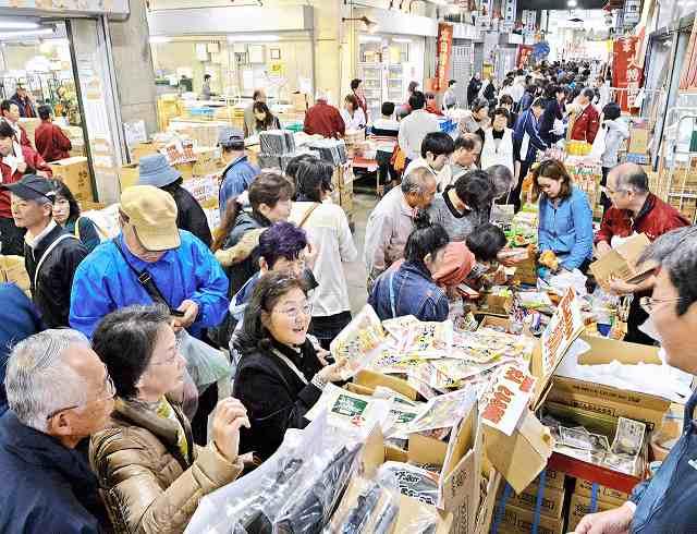 新鮮な食材が並び大勢の買い物客で活気づいた「ふくい鮮いちば」の1周年祭=2015年11月7日、福井市中央卸売市場