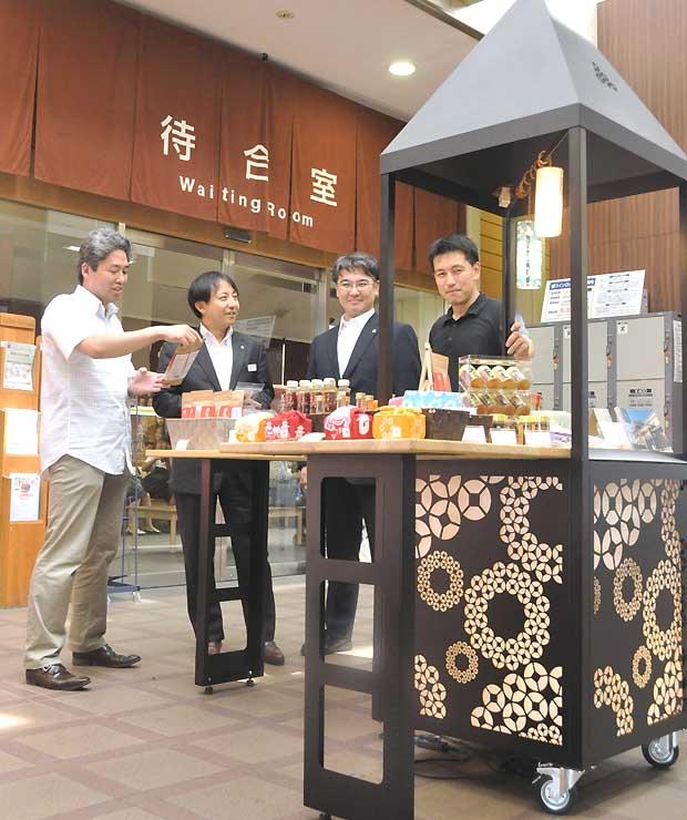 「組六紋」をあしらった屋台型の陳列棚を設置したUP↑のメンバーと玉木社長(左から2人目)