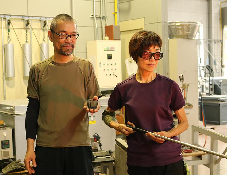 浮世絵を題材にガラス作品を制作した佐野猛さん(左)と曜子さん