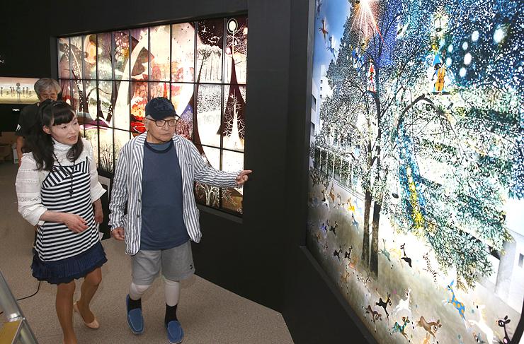 影絵の世界を堪能できるよう、展示の確認をする藤城清治さん(右)=県立近代美術館
