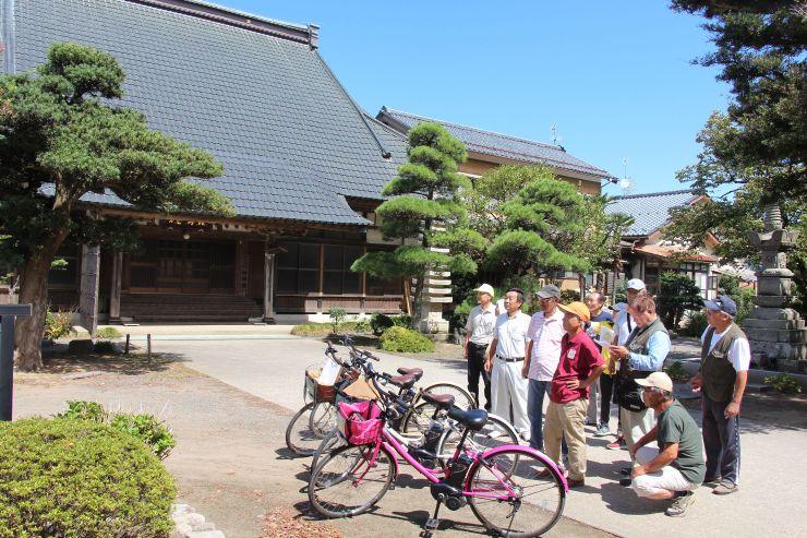 有志らが電動自転車で松野尾地域の名所や史跡などを巡る試験走行を行った=新潟市西蒲区