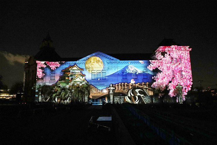 みなとぴあで開かれた「プロジェクションマッピング」の国際コンペティションの内覧会。奥行きのある映像と音楽が、幻想的な世界を演出した=15日、新潟市中央区