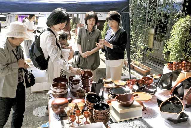 大勢の来場者でにぎわった昨年9月の「河和田くらしの祭典」=福井県鯖江市河和田町