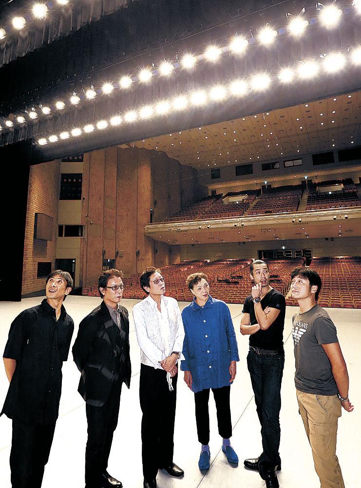 会場を下見する審査員=金沢市の金沢歌劇座