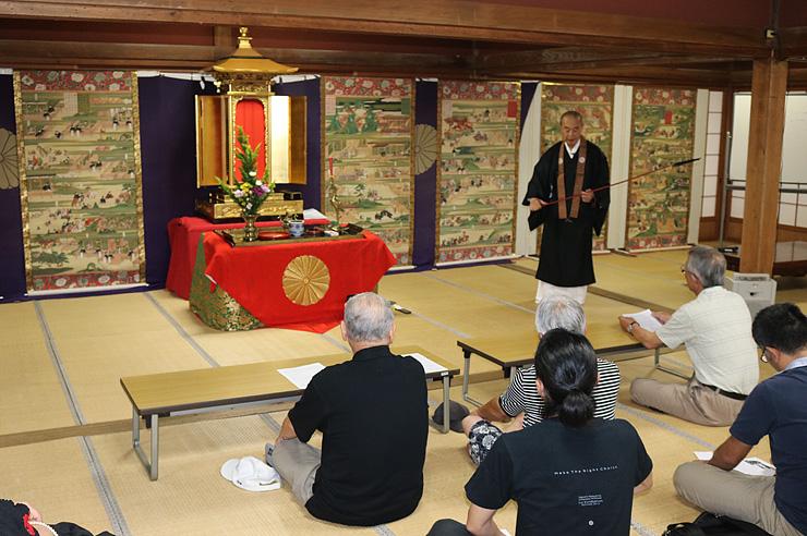 絵伝を並べ、聖徳太子の一生を紹介した絵解き説教=井波別院瑞泉寺