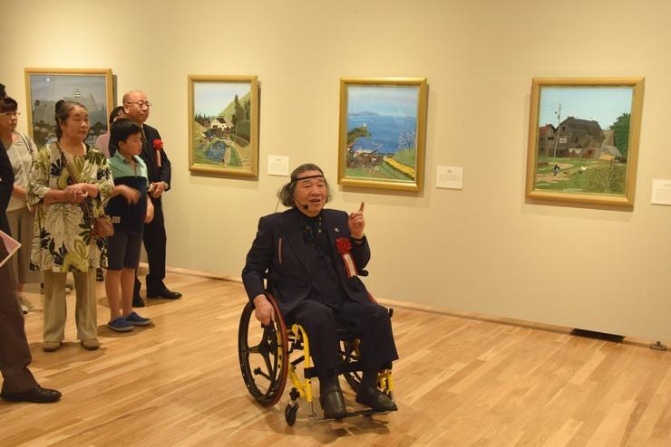 ギャラリートークで展示作品について解説する原田さん